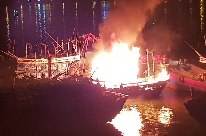 Đà Nẵng: Tàu cá trị giá 1 tỉ đồng bốc cháy dữ dội lúc rạng sáng - Ảnh 1.