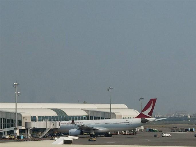 Máy bay chở 317 người hạ cánh khẩn vì động cơ bốc khói - Ảnh 2.