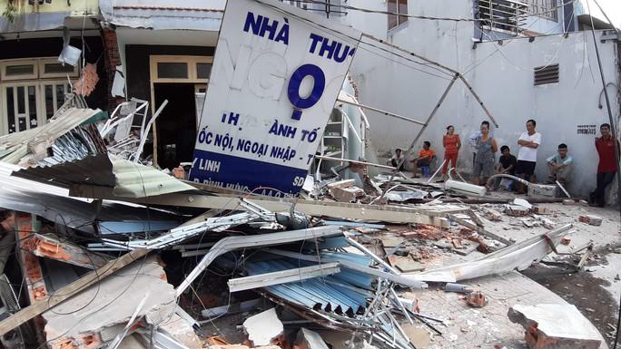 TP HCM: Cận cảnh 3 căn nhà đổ nát khi xe container lao tự do vào  - Ảnh 2.