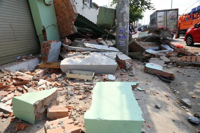 TP HCM: Cận cảnh 3 căn nhà đổ nát khi xe container lao tự do vào  - Ảnh 3.