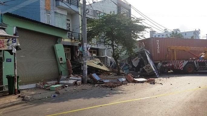 TP HCM: Cận cảnh 3 căn nhà đổ nát khi xe container lao tự do vào  - Ảnh 1.