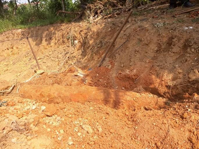 Tá hỏa khi đào vườn xây nhà phát hiện quả bom khủng - Ảnh 1.