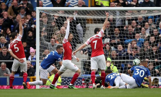 Mesut Ozil ném áo ngày Arsenal thua trận trên sân Everton - Ảnh 4.