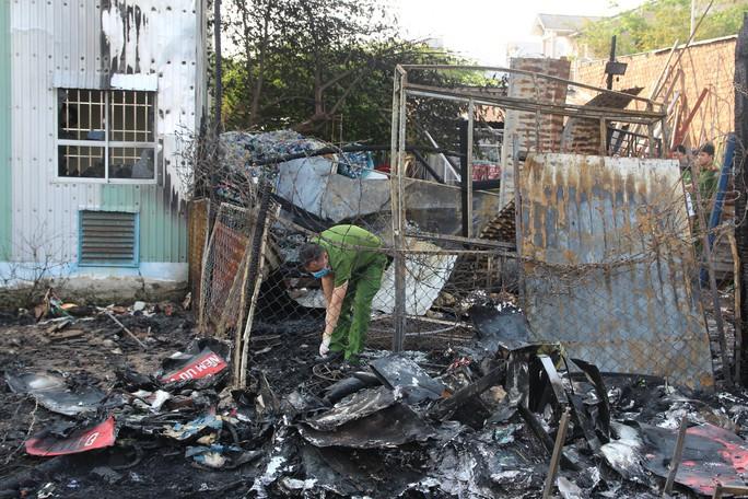 Cháy lớn kho phế liệu, nhân viên ngân hàng tháo chạy ra ngoài - Ảnh 2.