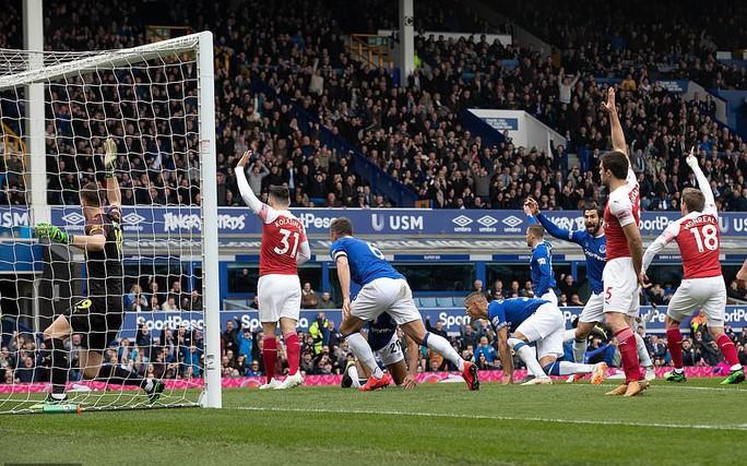Mesut Ozil ném áo ngày Arsenal thua trận trên sân Everton - Ảnh 5.