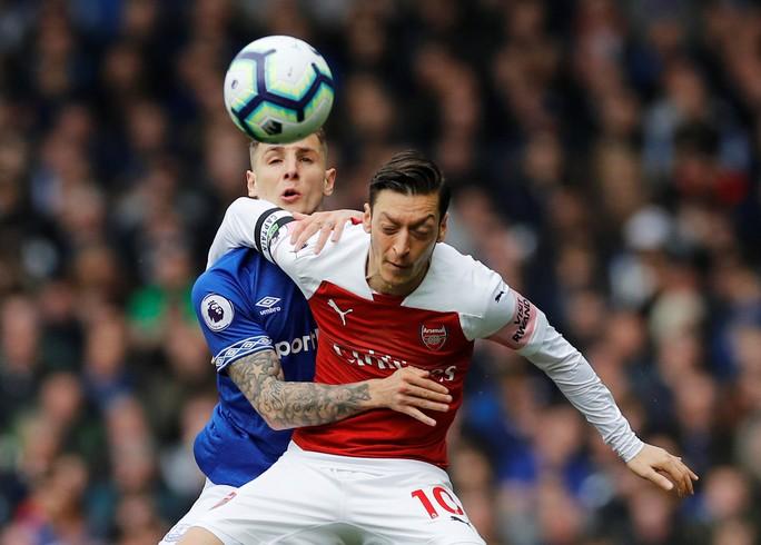 Mesut Ozil ném áo ngày Arsenal thua trận trên sân Everton - Ảnh 3.