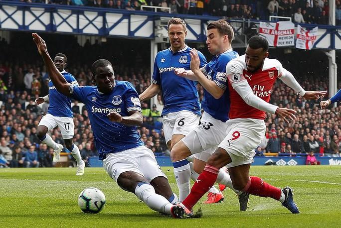 Mesut Ozil ném áo ngày Arsenal thua trận trên sân Everton - Ảnh 2.