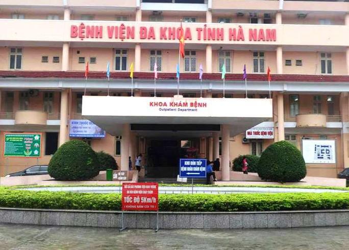 Cảnh sát bắt 5 bác sĩ, nhân viên Bệnh viện Đa khoa tỉnh Hà Nam - Ảnh 1.