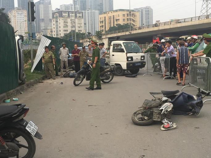 Ôtô tông hàng loạt xe máy dừng đèn đỏ do nữ tài xế đạp nhầm chân ga? - Ảnh 1.