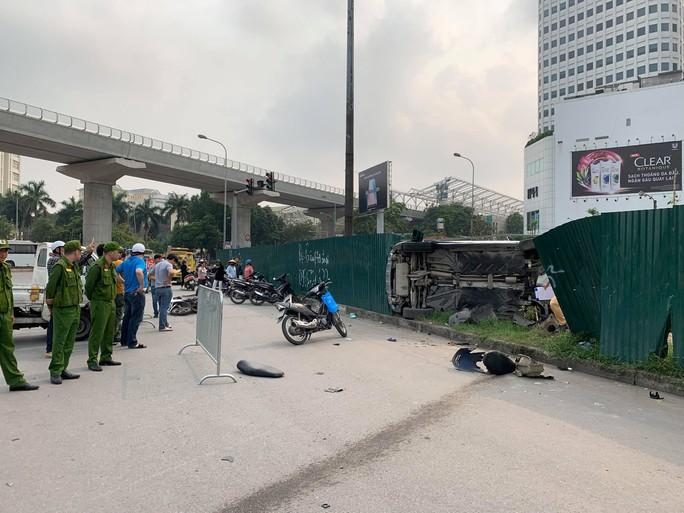 Clip khoảnh khắc nữ tài xế đạp nhầm chân ga, xe Mercedes tông hàng loạt xe chờ đèn đỏ - Ảnh 5.