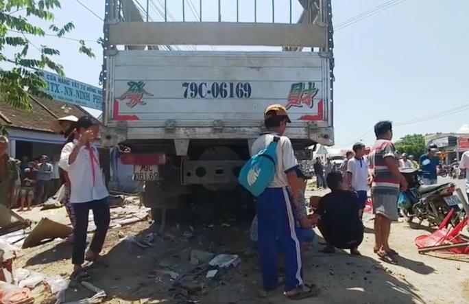 Khánh Hòa: Xe tải bất ngờ lao vào quán nước mía đông người - Ảnh 2.