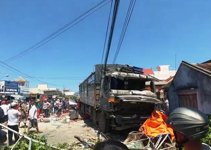 Khánh Hòa: Xe tải bất ngờ lao vào quán nước mía đông người - Ảnh 1.