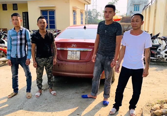 3 kẻ bịt mặt đi ô tô không BKS ép ngã xe,  đánh chủ tịch xã bị thương - Ảnh 1.