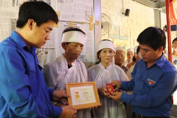 Truy tặng Huy hiệu Tuổi trẻ dũng cảm cho thanh niên hy sinh cứu 2 sinh viên đuối nước - Ảnh 1.
