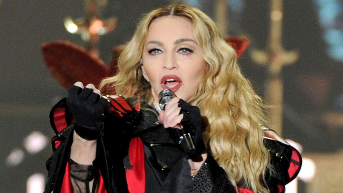 Madonna gây sốc khi hát 2 bài, bỏ túi 1 triệu USD - Ảnh 2.