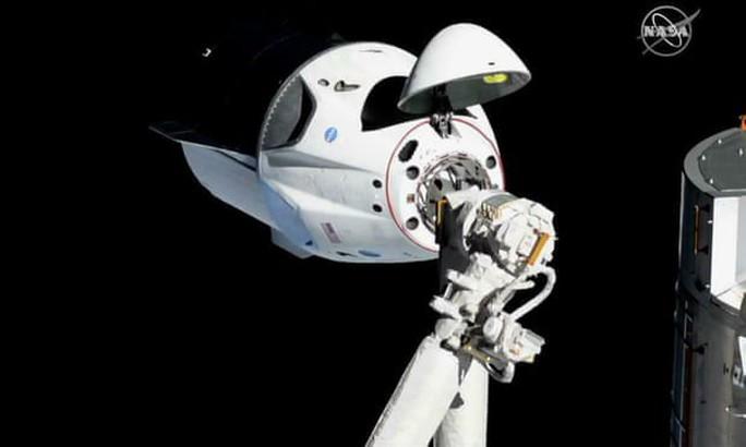 Trạm vũ trụ quốc tế thiếu điện, tàu của SpaceX bị trì hoãn - Ảnh 1.