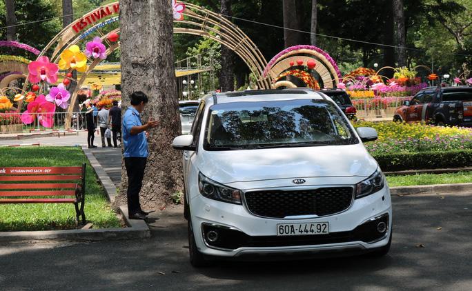 TP HCM: Lập hẳn bãi giữ ôtô tự phát trong công viên Tao Đàn và chặt chém? - Ảnh 2.