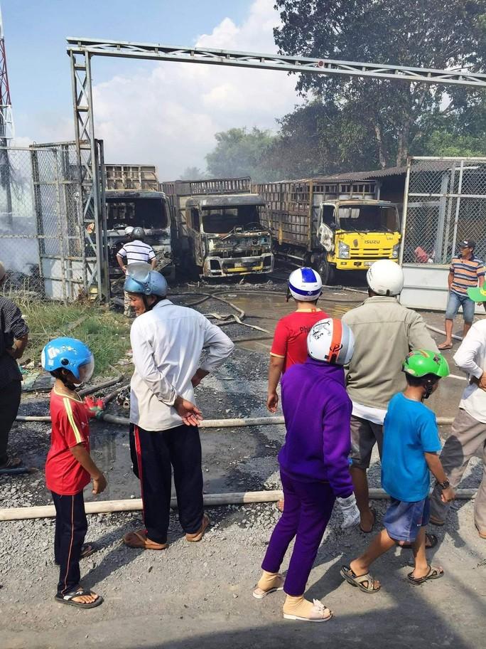 Long An: Cháy dữ dội vựa phế liệu cạnh cây xăng, 3 xe tải đã bị thiêu rụi - Ảnh 1.