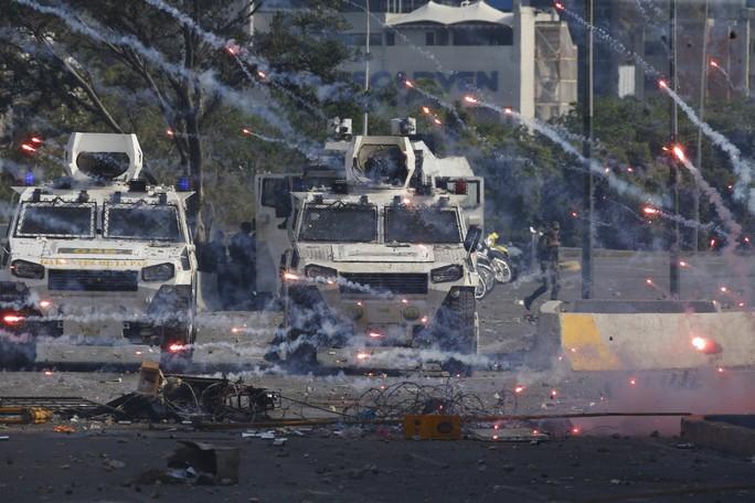 Venezuela: Bạo loạn bùng nổ, xe bọc thép được triển khai - Ảnh 2.