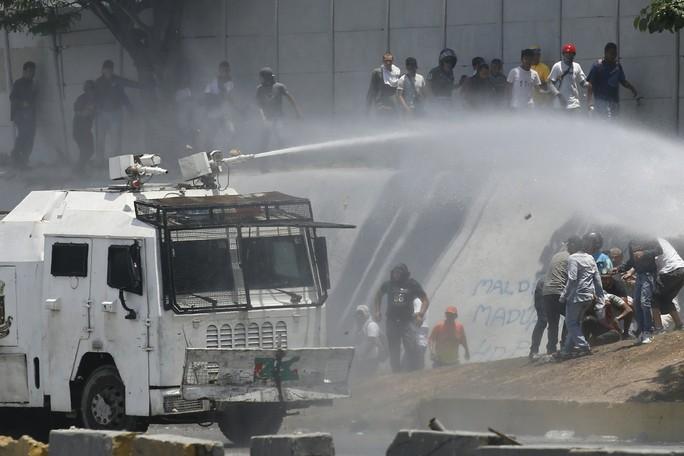 Venezuela: Bạo loạn bùng nổ, xe bọc thép được triển khai - Ảnh 1.