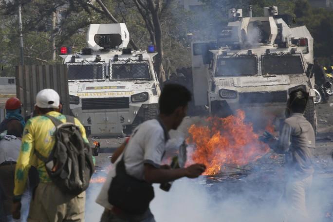 Venezuela: Bạo loạn bùng nổ, xe bọc thép được triển khai - Ảnh 5.
