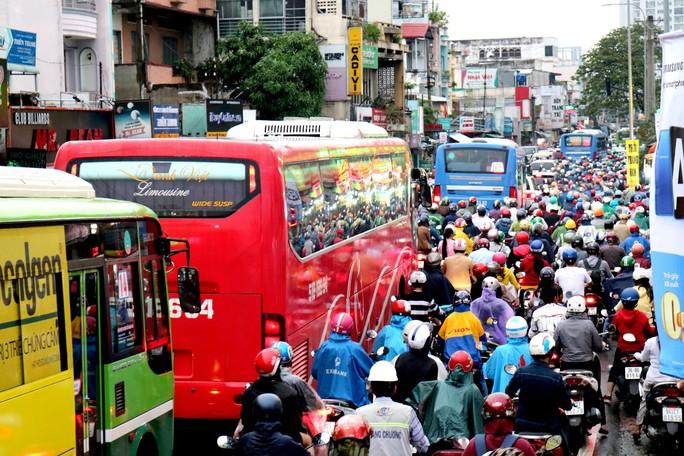 TP HCM: Hết lội nước, ngàn người tiếp tục bơ phờ bởi kẹt xe sau mưa lớn - Ảnh 3.