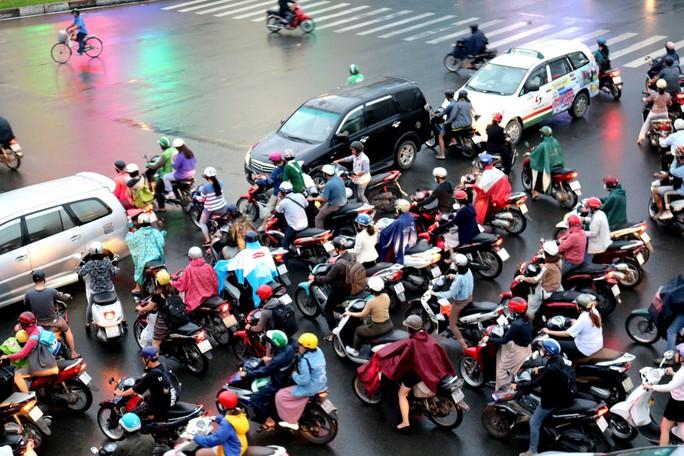 TP HCM: Hết lội nước, ngàn người tiếp tục bơ phờ bởi kẹt xe sau mưa lớn - Ảnh 5.