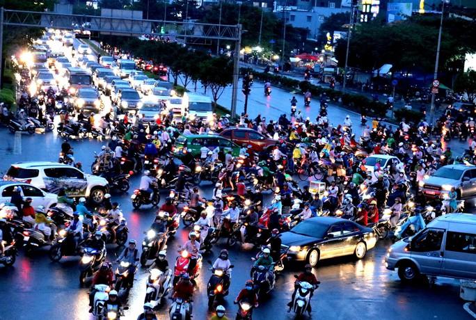 TP HCM: Hết lội nước, ngàn người tiếp tục bơ phờ bởi kẹt xe sau mưa lớn - Ảnh 9.