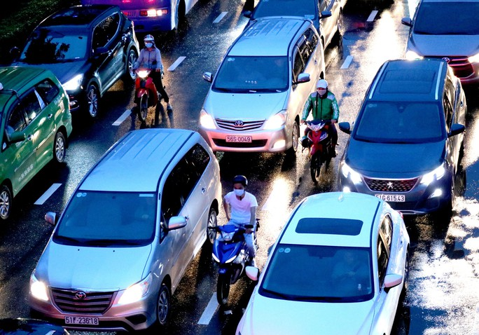 TP HCM: Hết lội nước, ngàn người tiếp tục bơ phờ bởi kẹt xe sau mưa lớn - Ảnh 8.