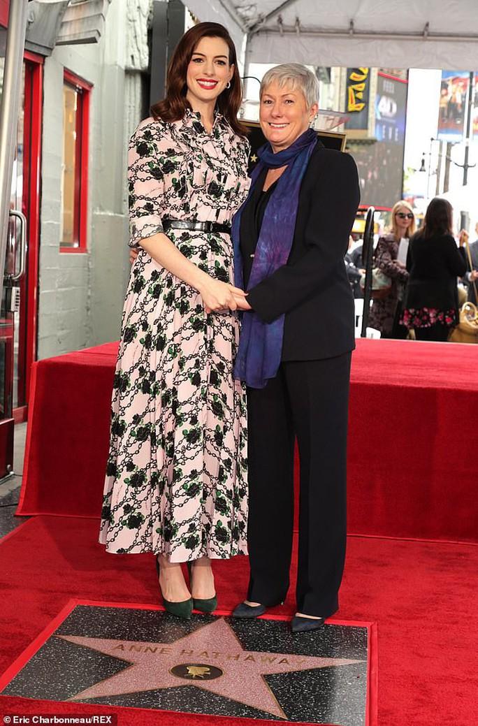 Quý cô lừa đảo Anne Hathaway sung sướng nhận sao - Ảnh 4.