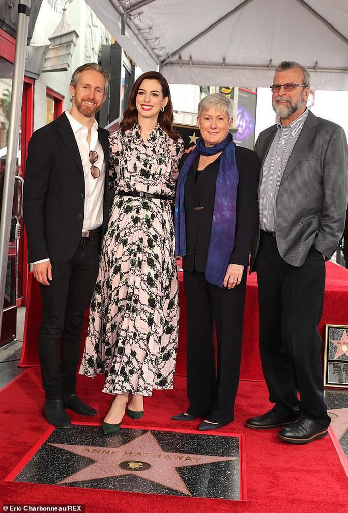 Quý cô lừa đảo Anne Hathaway sung sướng nhận sao - Ảnh 5.