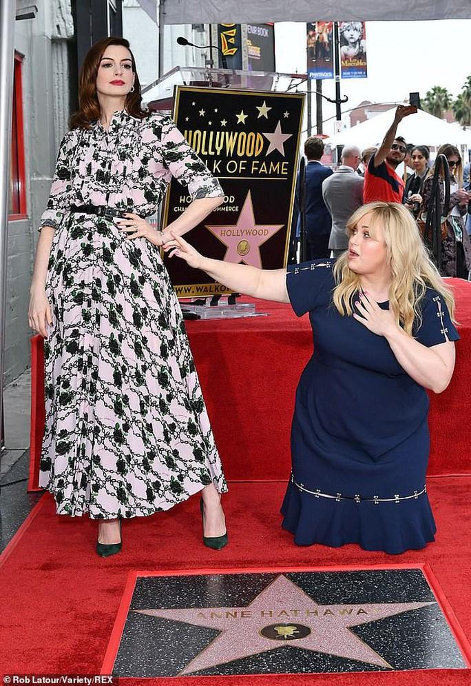 Quý cô lừa đảo Anne Hathaway sung sướng nhận sao - Ảnh 7.