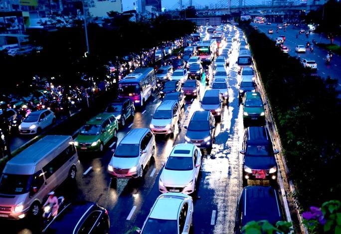 TP HCM: Hết lội nước, ngàn người tiếp tục bơ phờ bởi kẹt xe sau mưa lớn - Ảnh 7.