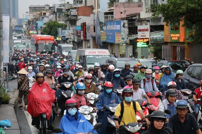 TP HCM: Hết lội nước, ngàn người tiếp tục bơ phờ bởi kẹt xe sau mưa lớn - Ảnh 2.