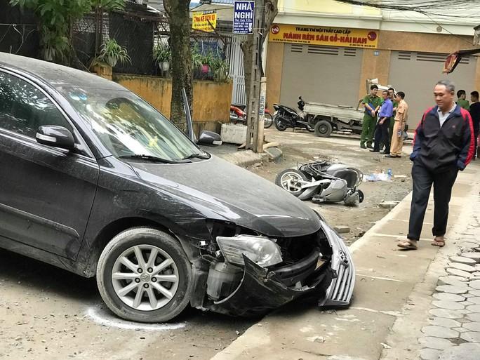 Clip: Khoảnh khắc nữ tài xế xe Camry lùi xe tông chết người đi xe máy - Ảnh 2.