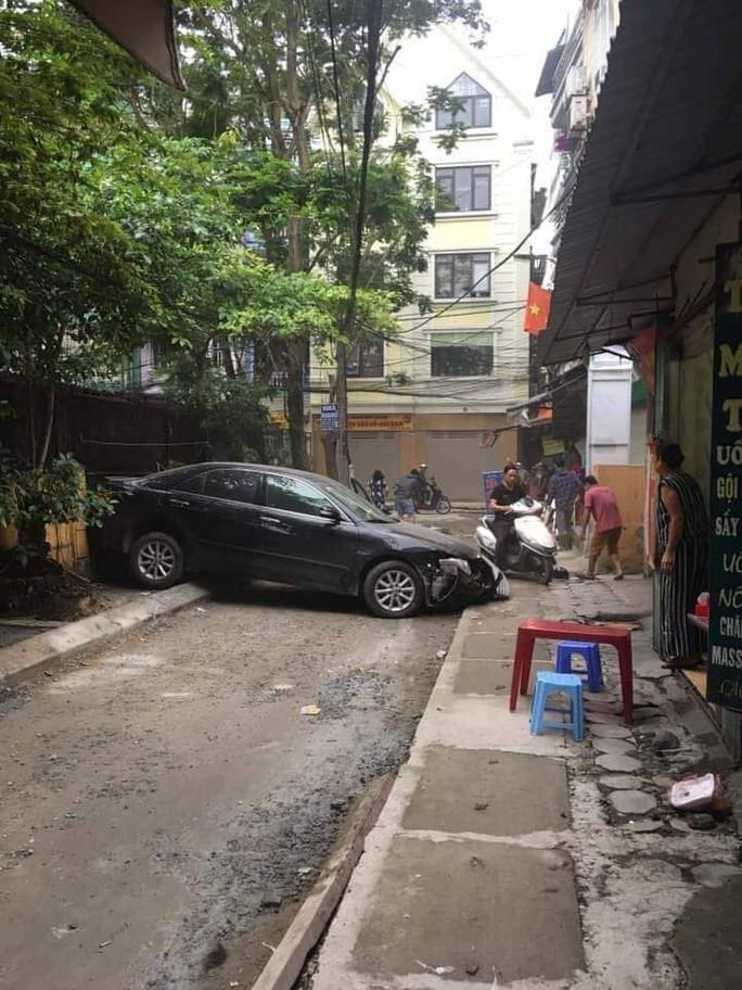 Nữ tài xế xe Camry lùi xe tông chết người phụ nữ đi xe máy - Ảnh 2.
