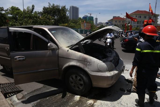 Xe 7 chỗ bất ngờ bốc cháy dữ dội ở Nha Trang - Ảnh 1.