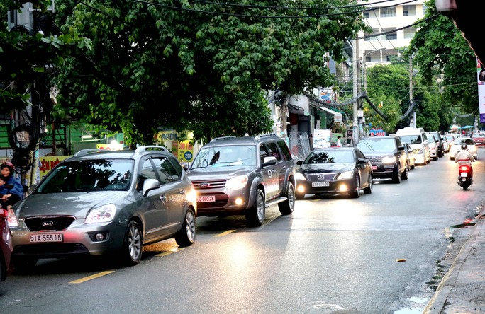 TP HCM: Hết lội nước, ngàn người tiếp tục bơ phờ bởi kẹt xe sau mưa lớn - Ảnh 6.
