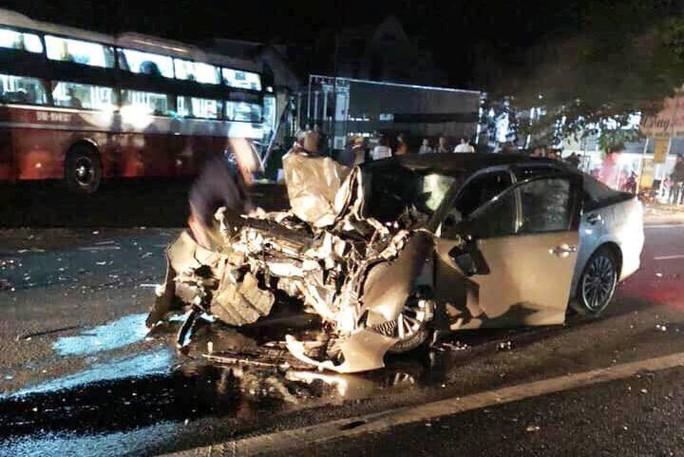 Xe khách đối đầu xe con, 1 cán bộ CSGT tỉnh Lâm Đồng tử nạn - Ảnh 1.