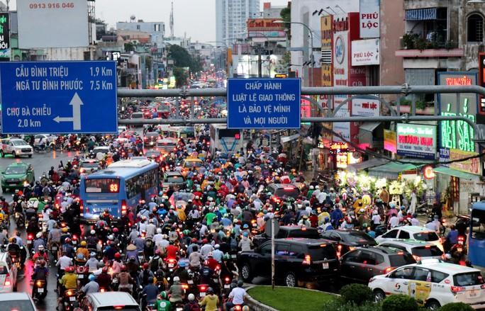 TP HCM: Hết lội nước, ngàn người tiếp tục bơ phờ bởi kẹt xe sau mưa lớn - Ảnh 1.