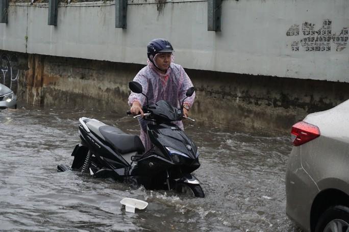 TP HCM: Hết lội nước, ngàn người tiếp tục bơ phờ bởi kẹt xe sau mưa lớn - Ảnh 11.