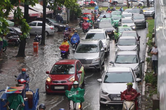 Hàng loạt tuyến đường ở TP HCM đang ngập sâu! - Ảnh 3.
