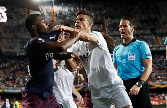 Arsenal đại thắng nhờ hat-trick, Chelsea nghẹt thở thắng luân lưu - Ảnh 2.