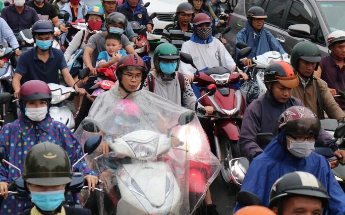 TP HCM: Hết lội nước, ngàn người tiếp tục bơ phờ bởi kẹt xe sau mưa lớn - Ảnh 4.