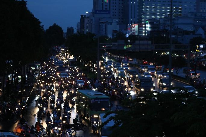 TP HCM: Hết lội nước, ngàn người tiếp tục bơ phờ bởi kẹt xe sau mưa lớn - Ảnh 10.