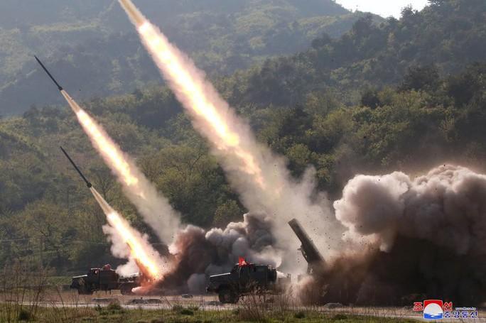 """Triều Tiên """"diễn tập tấn công tầm xa"""", bị Mỹ bắt giữ tàu hàng - Ảnh 1."""