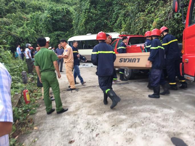 Xe khách tông vách núi, 18 sinh viên nước ngoài bị thương - Ảnh 2.