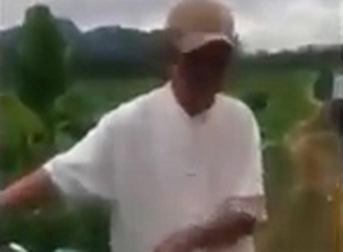 Tạm giữ hình sự ông già 79 tuổi đưa bé gái 8 tuổi ra cánh đồng giở trò đồi bại - Ảnh 1.