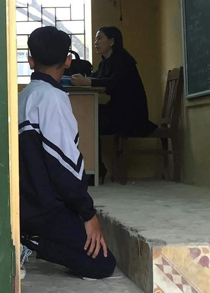 Cô giáo bắt quỳ, 1 học sinh chấp hành, 1 học sinh không đồng ý bị đuổi khỏi lớp - Ảnh 1.