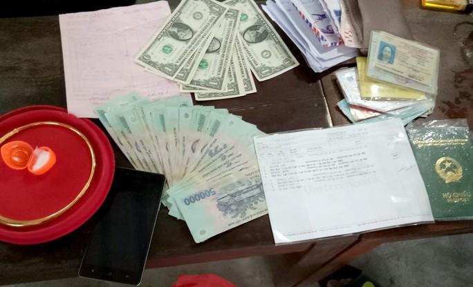 Cặp vợ chồng nghèo trả lại hơn 100 triệu đồng nhặt được - Ảnh 1.